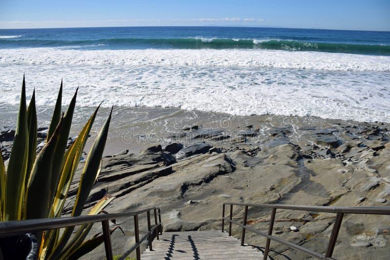 对橡木街道海滩的楼梯在拉古纳海滩,加利福尼亚 免版税图库摄影