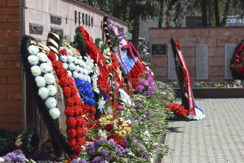 对死的战争救星的记忆的纪念碑从法西斯主义的军队的 永恒火焰 免版税库存照片