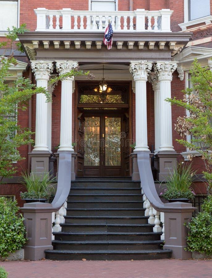 对殖民地样式房子的盛大入口 免版税库存图片