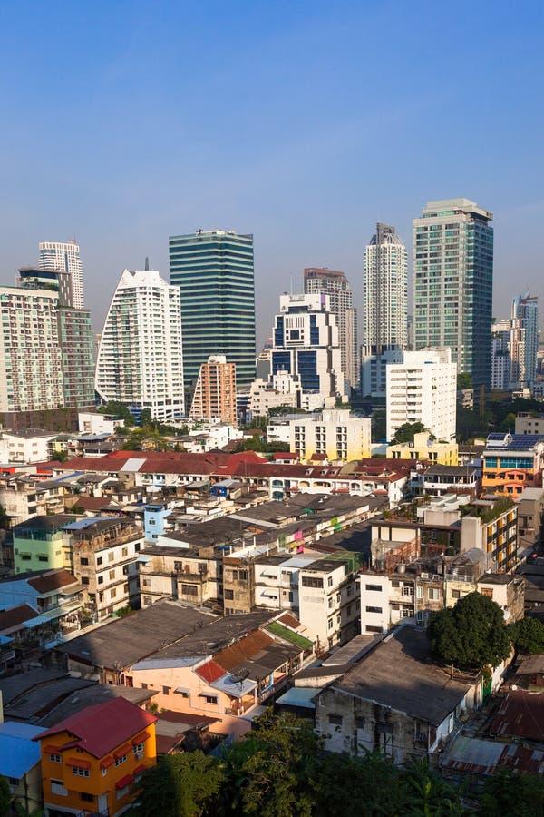对比在新和举行的大厦之间在曼谷,泰国 图库摄影