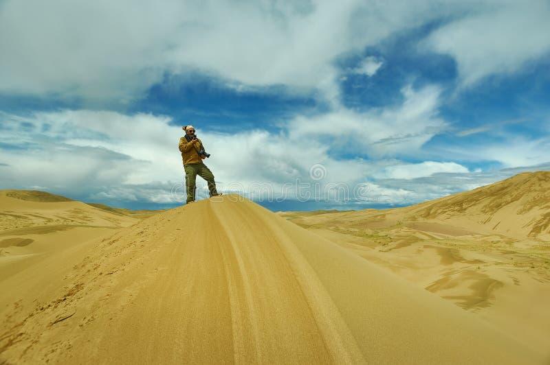 对沙丘的旅游采取的图片 免版税图库摄影