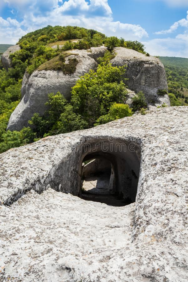 对洞的入口在山顶部 在隧道下的急剧下降 库存照片