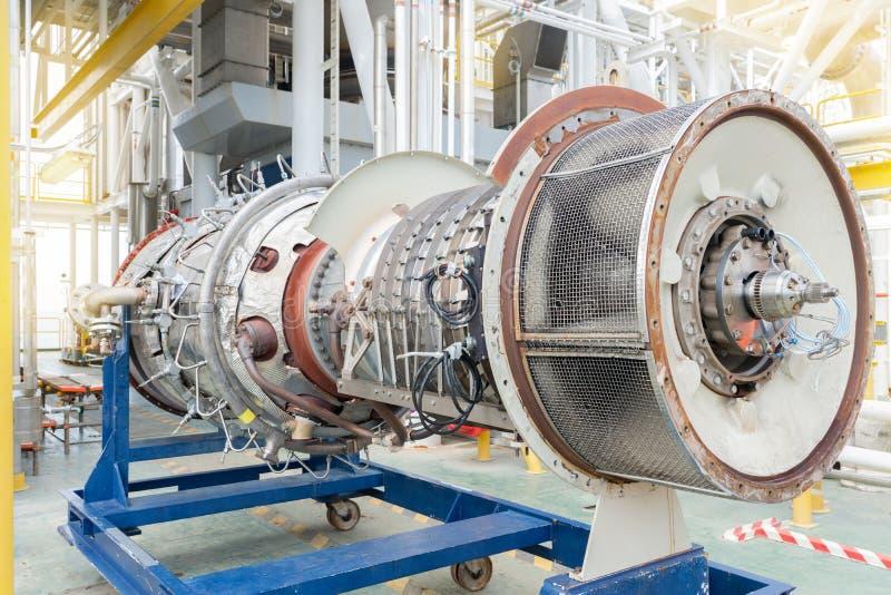 对海上油气集中处理平台上的燃气压缩机涡轮发动机进行检修 免版税图库摄影
