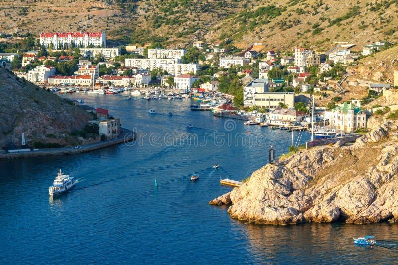对海湾的入口在黑海巴拉克拉法帽乘海游船 图库摄影