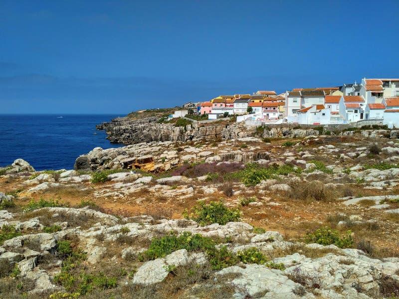 对海湾的看法与岩石和房子在Peniche,葡萄牙 库存图片