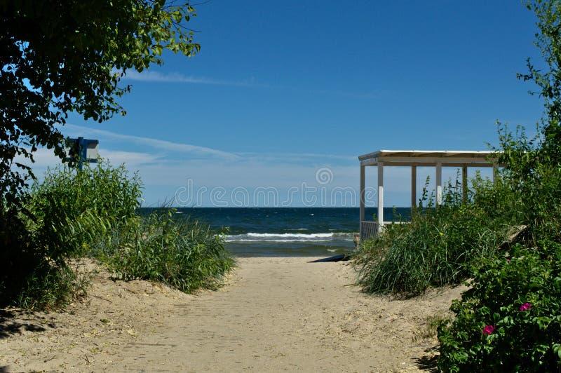 对海滩的入口与一个木大厦 免版税图库摄影