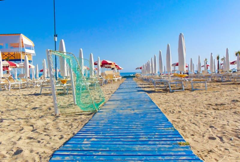 对海滩的木胡同 免版税图库摄影