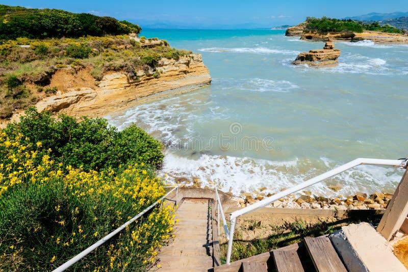 对海滩在Sidari,运河d'amour的台阶 免版税库存照片