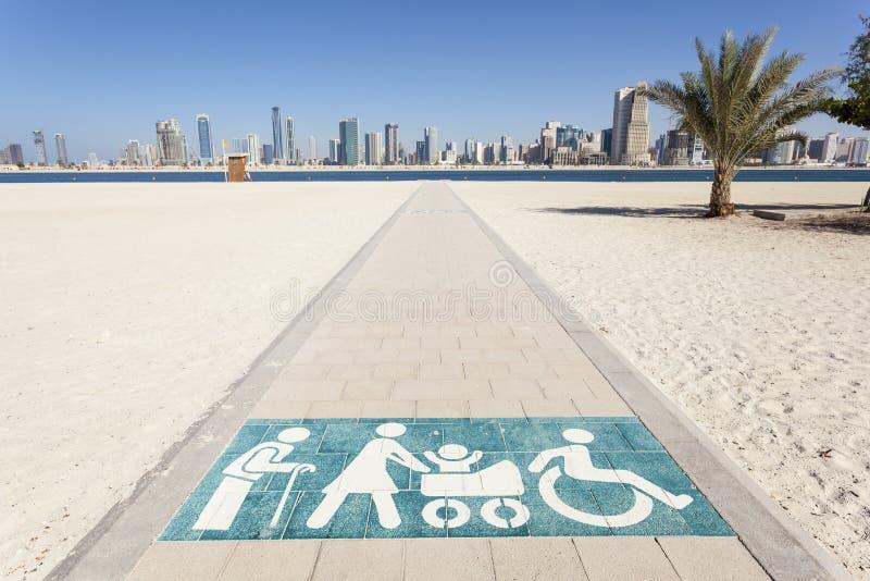 对海滩的残疾走道在迪拜 库存图片