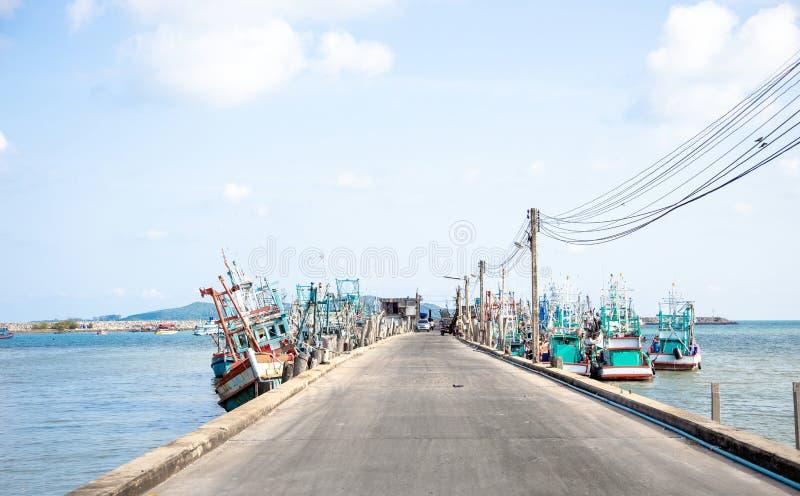 对渔夫小船和运输的路岸 库存照片