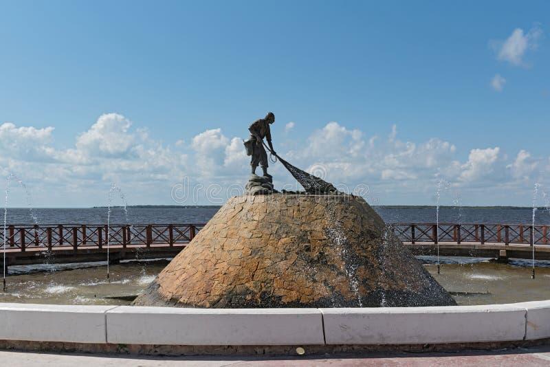 对渔夫的纪念碑在市切图马尔,墨西哥 免版税库存照片