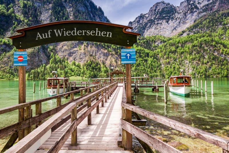 对港口的入口在湖Konigssee,阿尔卑斯的小船的 库存图片