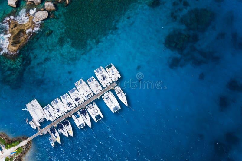 对游艇的惊人的看法在港口-寄生虫视图 库存照片