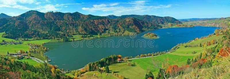 对湖schliersee,秋季巴法力亚风景的全景 库存照片