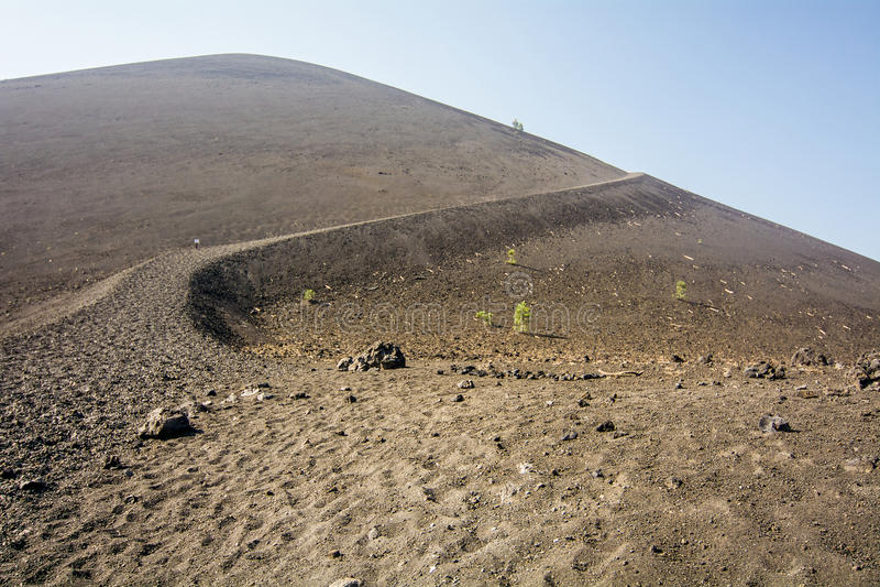 对炭渣锥体的足迹在拉森火山国家公园 免版税库存照片