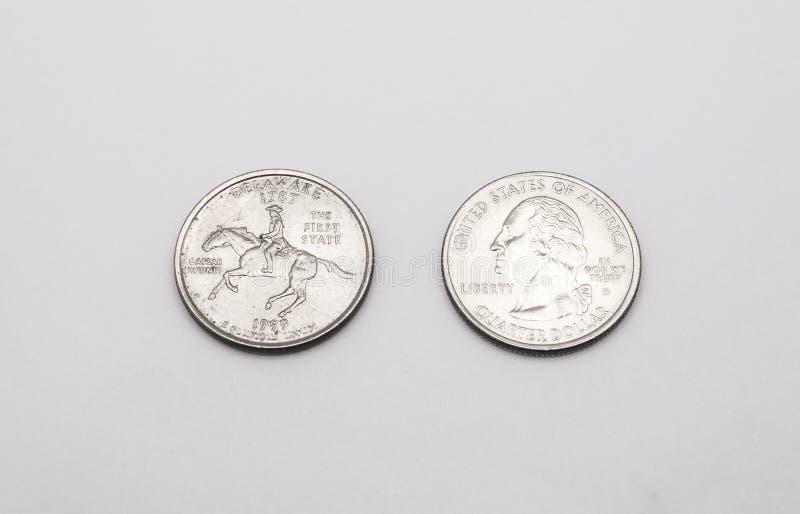 对特拉华状态标志的特写镜头在白色背景的两毛五硬币 免版税库存图片