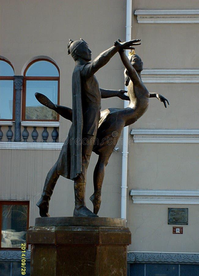 对状态学术歌剧和芭蕾舞团的艺术家的纪念碑在市乌兰乌德 免版税库存图片