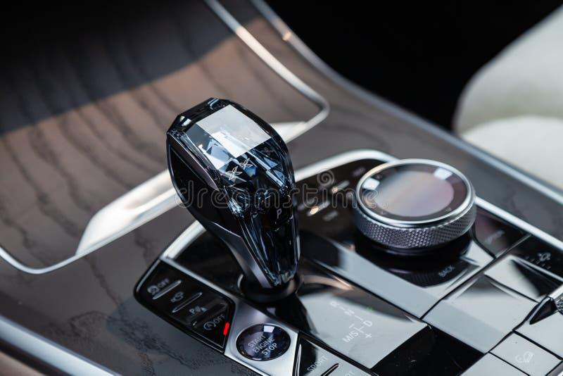对现代汽车白色和棕色内部的看法有以后仪表板、中型系统控制板和金刚石转移齿轮的 免版税库存照片