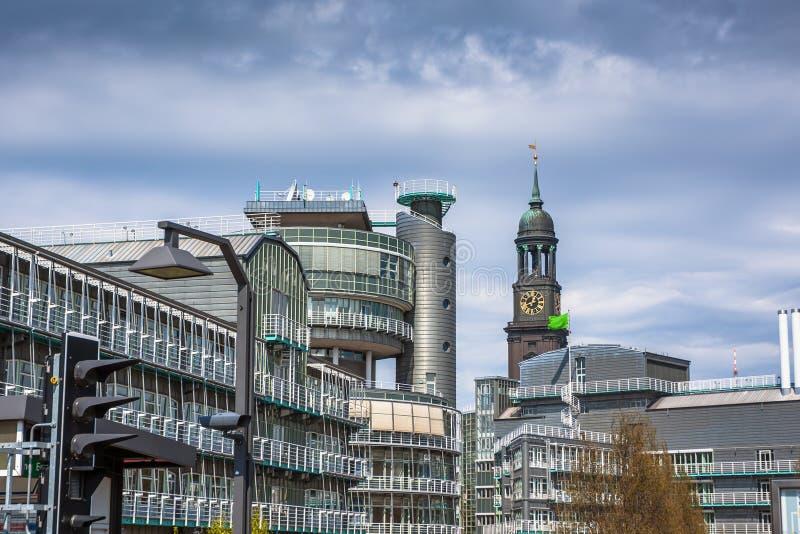对现代办公楼和圣迈克尔教会,汉堡的看法 库存照片