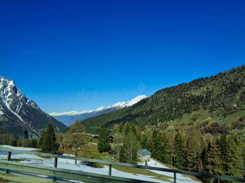 对瑞士阿尔卑斯和多雪的山的看法 免版税库存照片