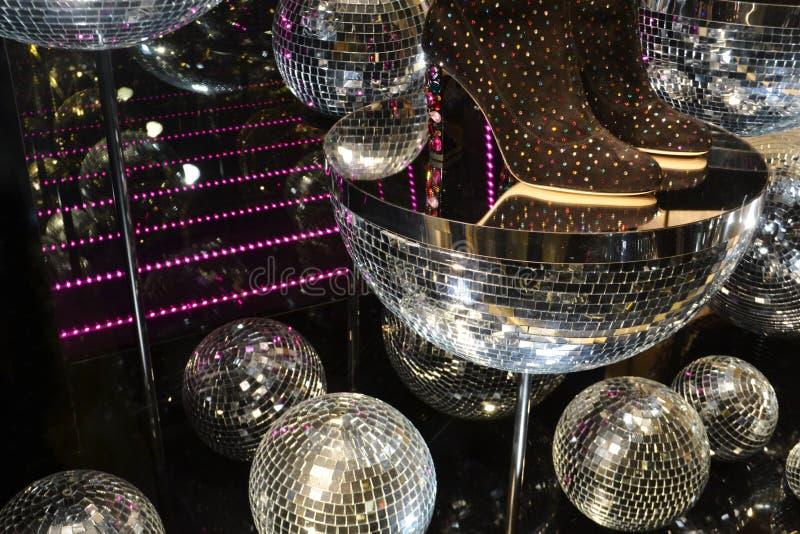对用圣诞节辅助时尚精品店的mirrow球装饰的窗口的美好的里面看法 免版税库存照片