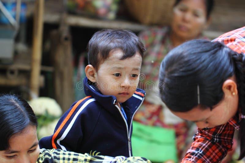 对田中的儿童用途, 免版税库存图片