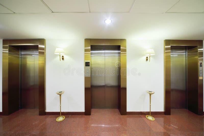 对电梯的金属门 库存照片