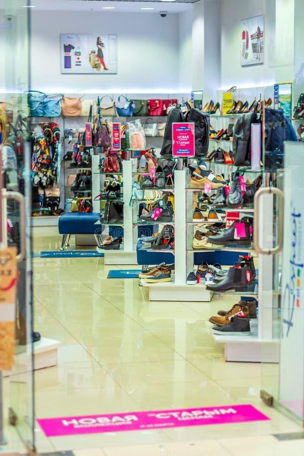 对男子服饰用品商店的入口 库存照片