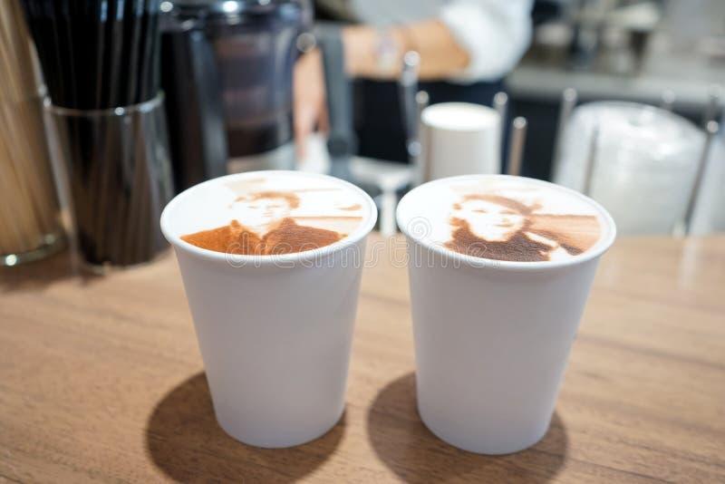 对画象在被鞭打的奶油色冠上的杯子咖啡顶部的人在famouse银座地区城市东京,日本 一个美丽的亚洲人 库存图片