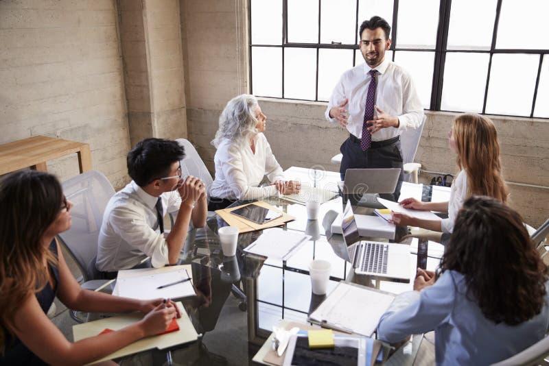 对的商人在会议,高的看法同事演讲 免版税库存图片