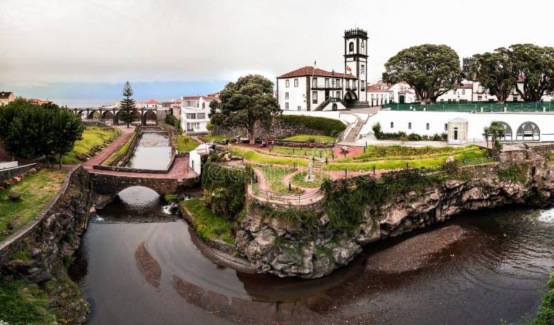 对的自治市和重创Ribeira的中心广场,圣地米格尔,亚速尔群岛,葡萄牙的全景都市风景视图 免版税图库摄影