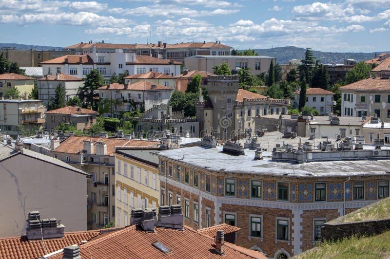 对的里雅斯特市的令人惊讶的鸟瞰图 建筑群从堡垒的视图 E 免版税图库摄影