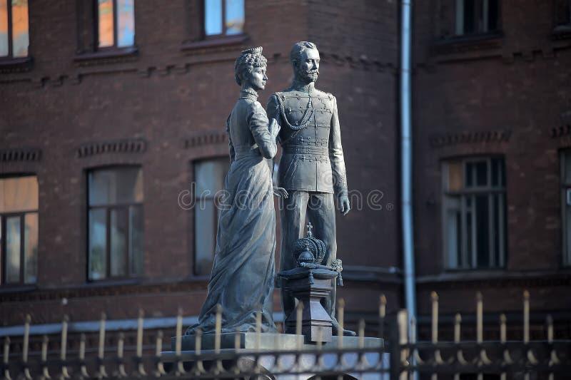 对皇帝尼古拉二世和女皇亚历山德拉・费奥多罗芙娜皇后的圣洁皇家激情持票人纪念碑在教会的庭院里  图库摄影