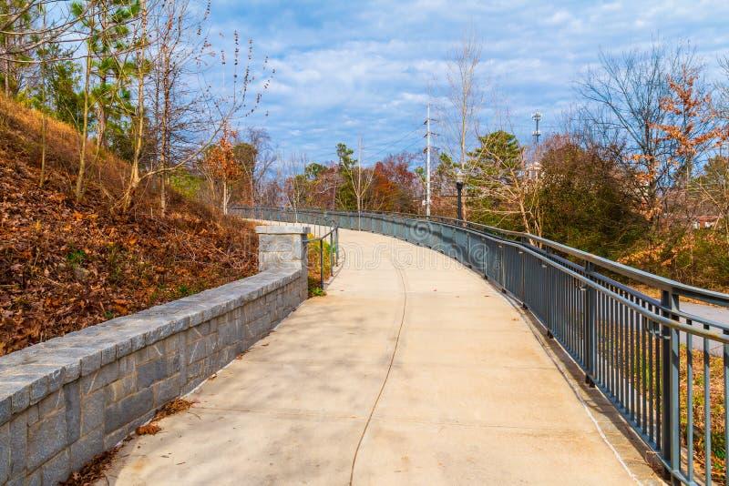 对盛大树荫处的小径在山麓公园,亚特兰大,美国 免版税库存照片