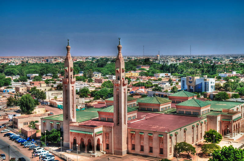 对盛大清真寺的鸟瞰图在努瓦克肖特,毛里塔尼亚 免版税图库摄影