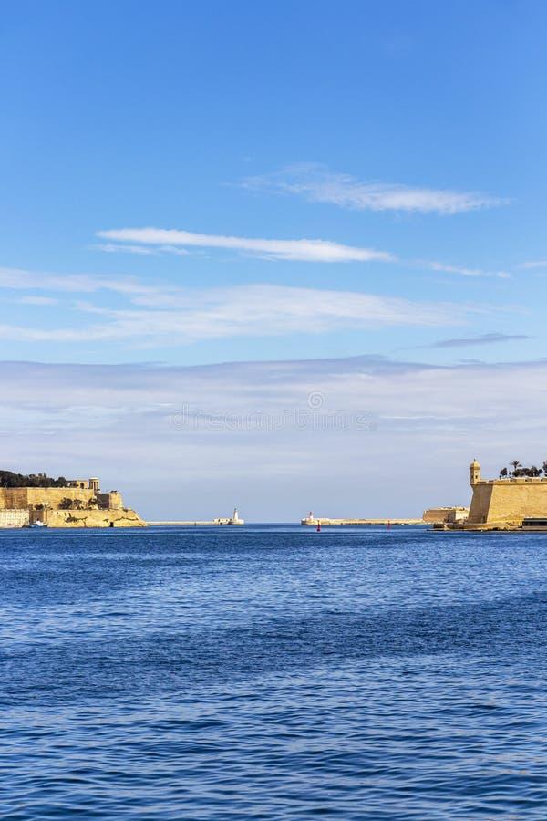 对盛大港口,有瓦莱塔和森格莱阿的部分的马耳他两座灯塔的看法  库存图片