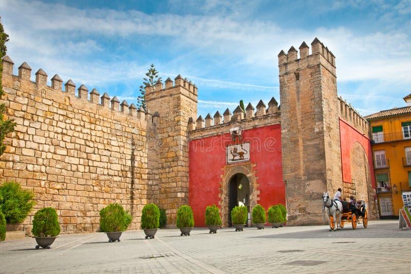 对真正的城堡庭院的门在塞维利亚。安大路西亚,西班牙。 免版税库存图片