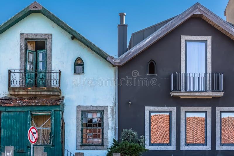 对称倾斜的房子看法,新和被恢复的一个老和一个 免版税库存图片