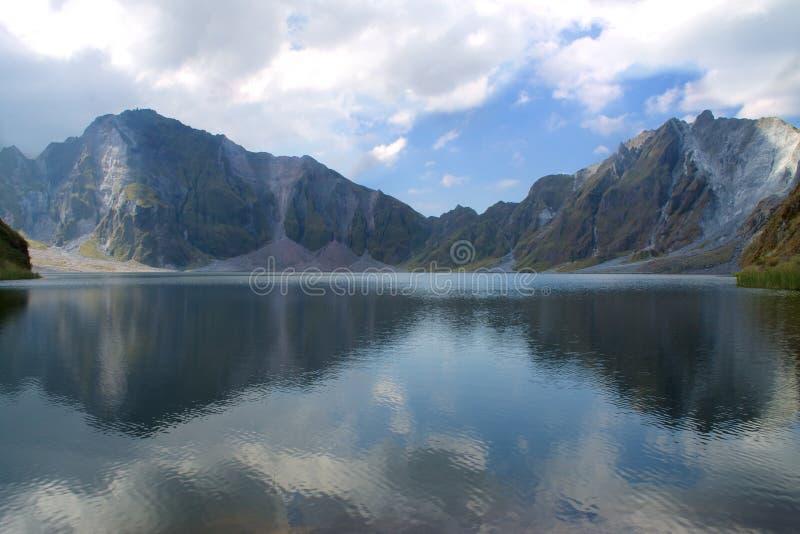 对称湖和天空 免版税库存照片