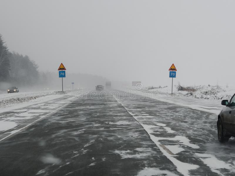对称:在暴风雪下的路标 免版税库存照片