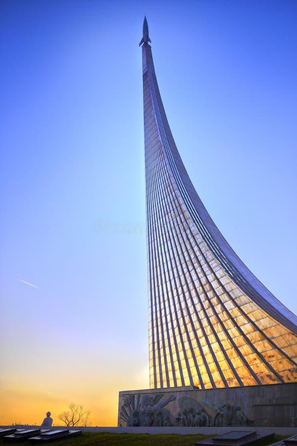 对空间,莫斯科,俄罗斯的征服者的纪念碑 库存图片