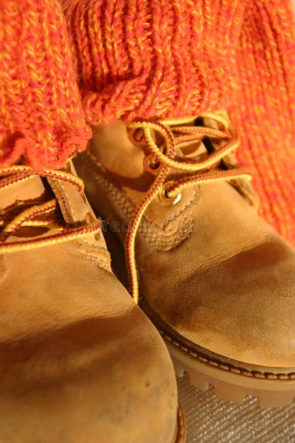 对穿上鞋子袜子 免版税图库摄影