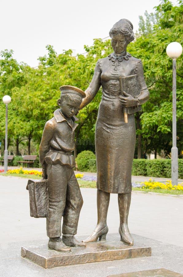 对第一位老师伏尔加格勒的纪念碑 库存图片