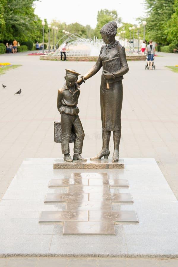 对第一位老师有经典之作的,伏尔加格勒的纪念碑 免版税库存图片