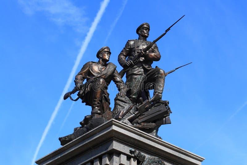 对第一次世界大战的英雄的古铜色纪念碑在市加里宁格勒 免版税库存图片