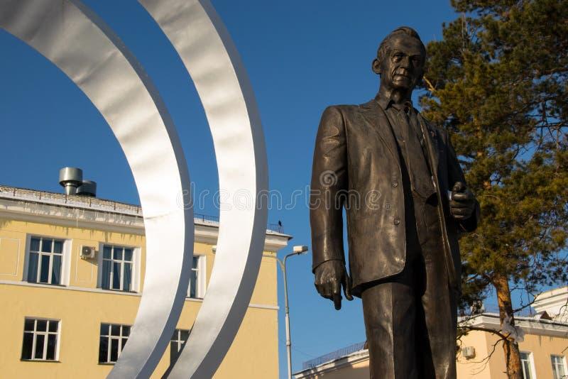 对米哈伊尔列舍特涅夫的纪念碑在建立JSC信息卫星系统附近 库存照片