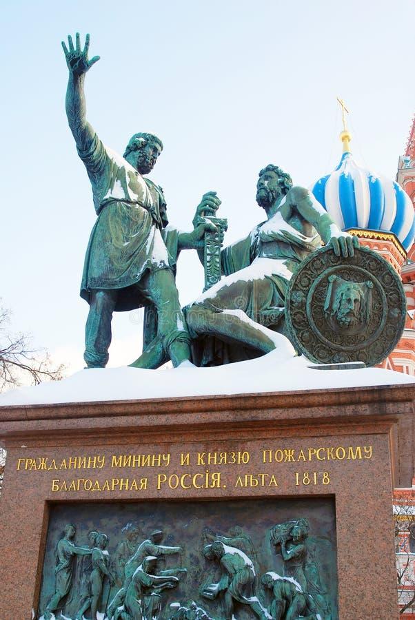 对米宁的在雪下的纪念碑和Pozharsky 免版税图库摄影