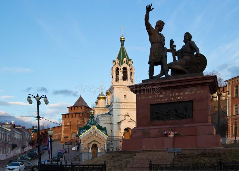 对米宁的纪念碑和Pozharsky在日落的下诺夫哥罗德 库存照片