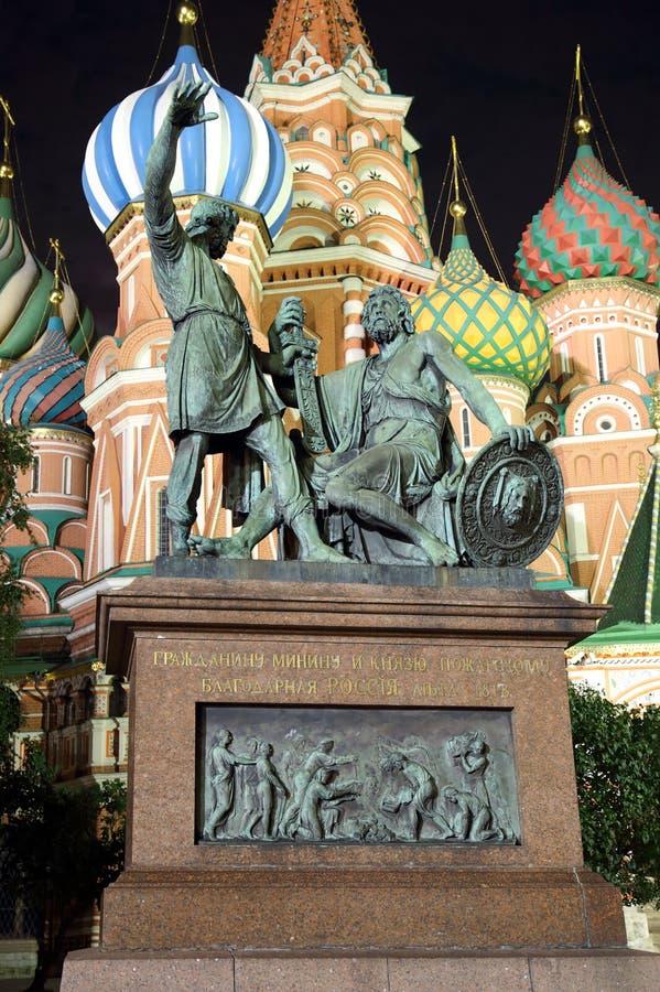 对米宁的纪念碑和Pozharsky在晚上在莫斯科 免版税图库摄影