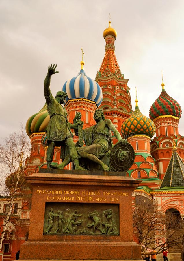 """对米宁的纪念碑和Pozharsky在红场â€的莫斯科""""一座雕刻的纪念碑致力第二个民兵的领导 免版税库存照片"""